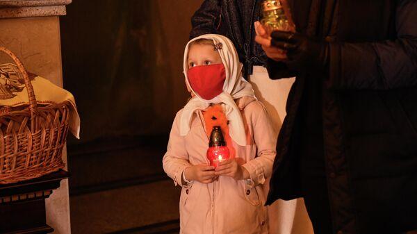 Девочка на праздничном пасхальном богослужении в Александро-Невском кафедральном соборе в Симферополе