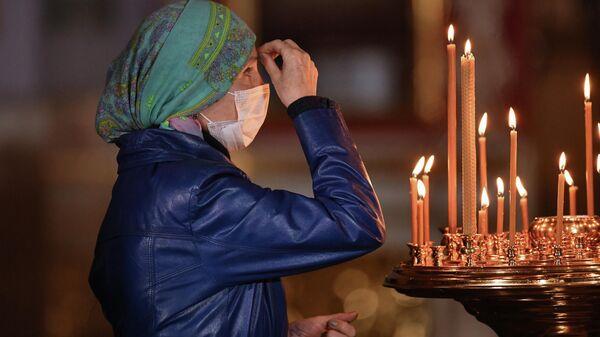 Верующая на праздничном пасхальном богослужении в Александро-Невском кафедральном соборе в Симферополе