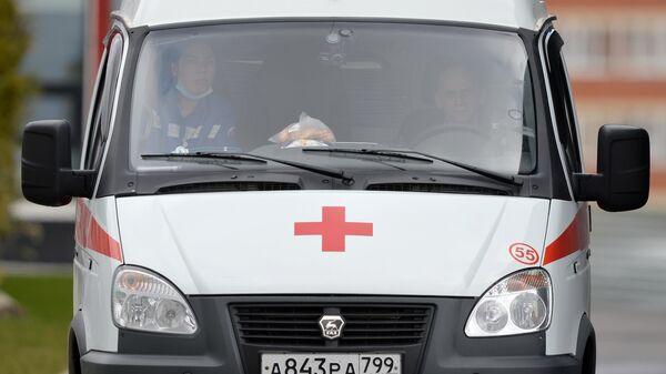 Автомобиль скорой помощи на территории Московского карантинного центра по коронавирусу в Коммунарке
