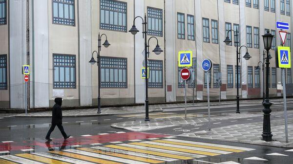 Пешеход на Пятницкой улице в Москве