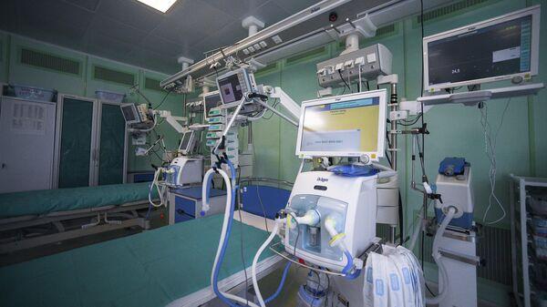 Аппарат искусственной вентиляции легких в реанимационном отделении Центра инфекционных болезней ФГАУ НМИЦ здоровья детей в Москве