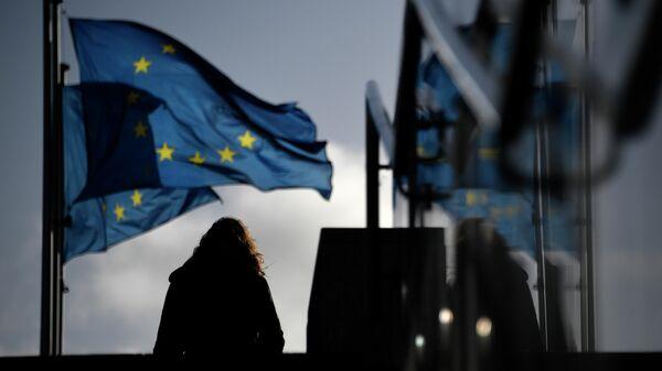 Женщина у здания Европейской комиссии в Брюсселе