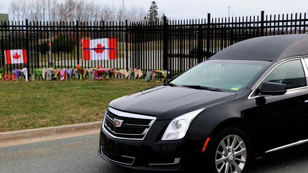 Катафалк с телом констебля Хайди Стивенсон, погибшей в результате с в провинции Новая Шотландия в Канаде