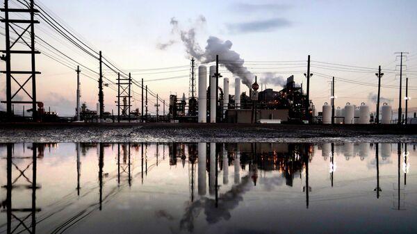 Нефтеперерабатывающий завод в США