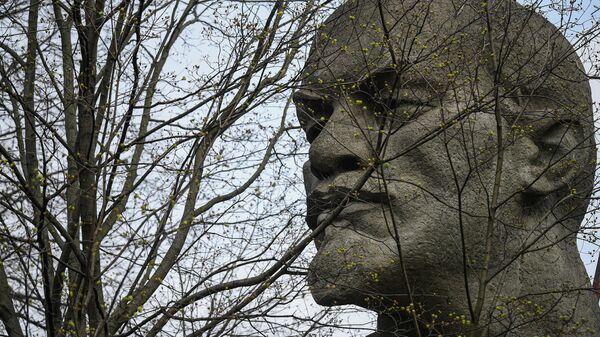 Распускающиеся почки на дереве на фоне памятника В. И. Ленину