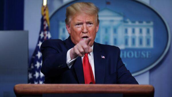 Президент США Дональд Трамп во время ежедневного брифинга по коронавирусу в Белом доме. 20 апреля 2020