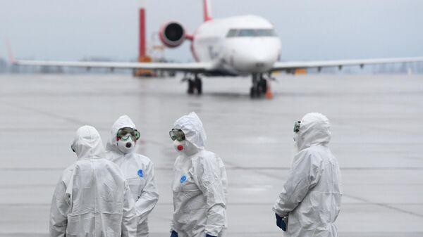 Сотрудники Роспотребназора Республики Татарстан встречают пассажиров самолета