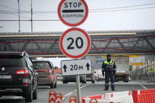 Инспектор дорожно-патрульной службы на въезде в Москву