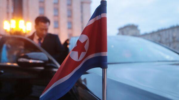 Флаг КНДР на автомобиле у здания МИД РФ