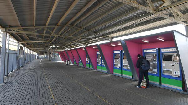 Шквалистый ветер повредил навес на станции Тушино в Москве