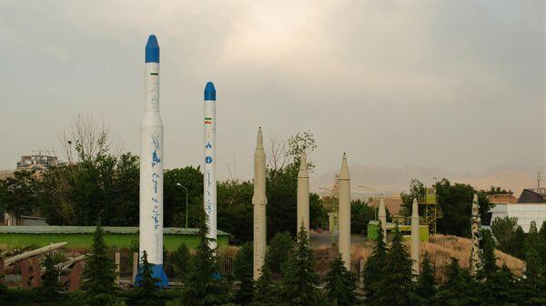 Образцы ракет и ракет-носителей на территории музея Исламской революции и Священной обороны в Тегеране