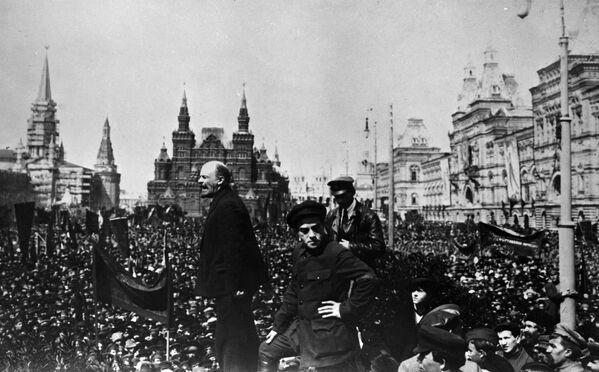 Владимир Ильич Ленин произносит речь с Лобного места на Красной площади на открытии временного памятника Степану Разину. 1 мая 1919 года