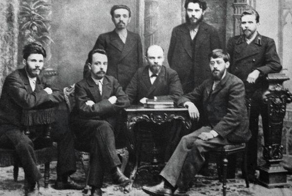 Владимир Ильич Ленин (в первом ряду второй справа) среди руководящих деятелей петербургской организации Союз борьбы за освобождение рабочего класса