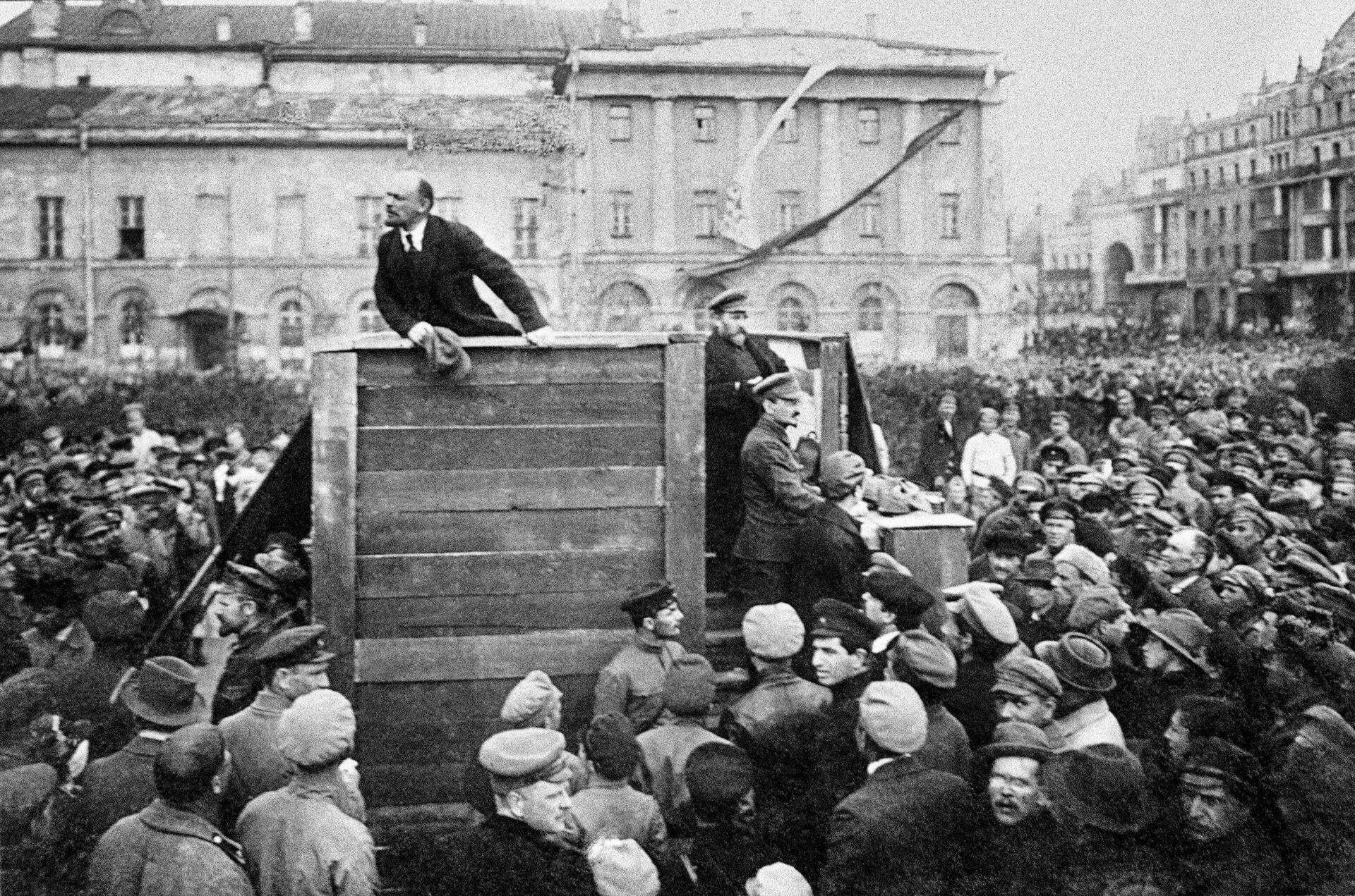 Владимир Ильич Ленин выступает с речью на площади Свердлова (Театральная площадь - РИА Новости, 1920, 19.10.2020