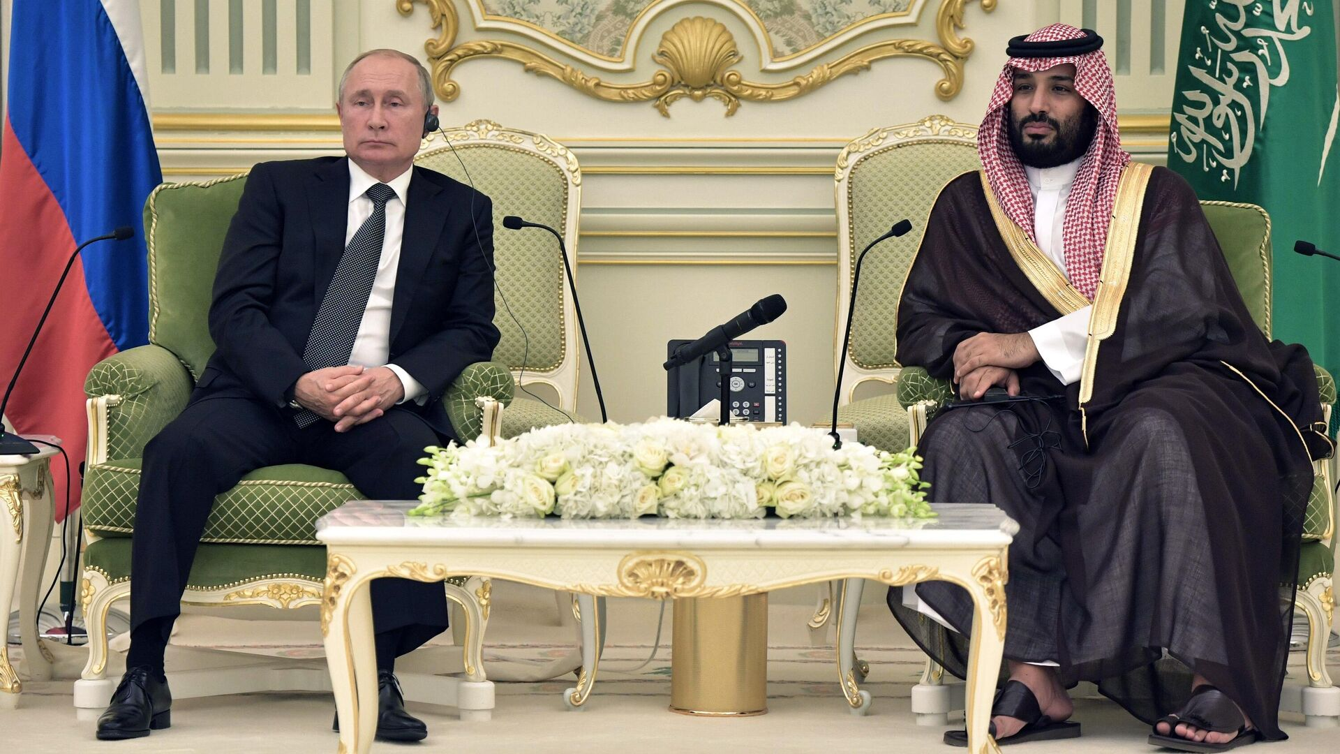 Президент РФ Владимир Путин и наследный принц Саудовской Аравии, министр обороны королевства Саудовская Аравия Мухаммед бен Сальман аль Сауд во время встречи - РИА Новости, 1920, 13.10.2020