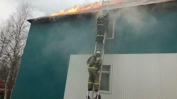 Сотрудники МЧС во время ликвидации пожара в общежитии в Лангепасе (ХМАО)