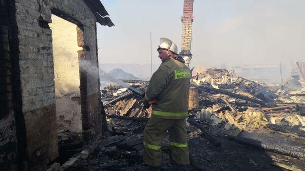 Сотрудники МЧС во время ликвидации пожара в деревне Постниково Ижморского района Кемеровской области