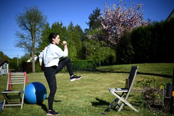 Фитнес-тренер Gabrielle Friscira записывает видео-урок в Сен-Реми-л'Оноре неподалеку от Парижа
