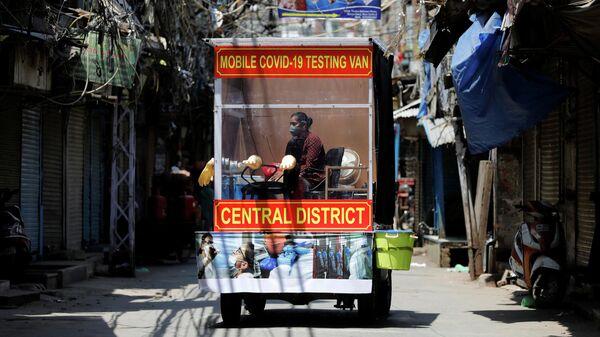Мобильная станция тестирования на коронавирус в Дели, Индия