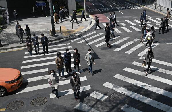 Пешеходы в защитных масках в Сеуле