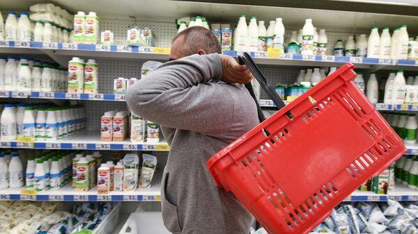 Посетитель у прилавка гипермаркета