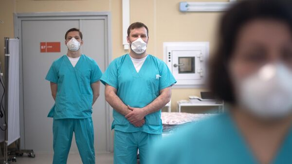 Медицинские работники в отделении реанимации московского клинического центра инфекционных болезней Вороновское
