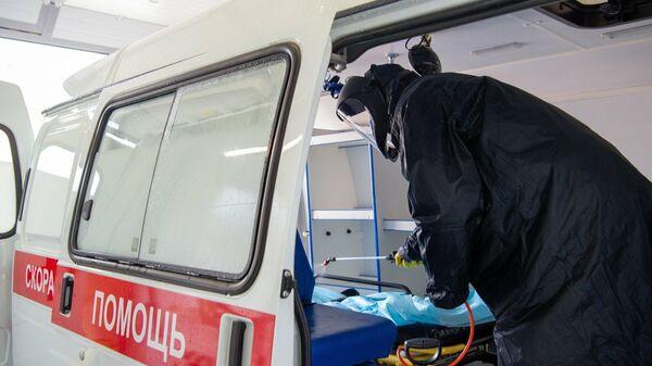 Дезинфекция автомобиля скорой помощи на территории коронавирусного стационара, открытого на базе госпиталя медсанчасти МВД России по Москве