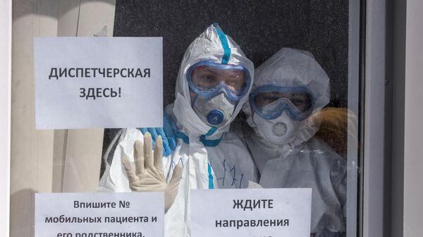 Медицинские работники в приемном отделении московского клинического центра инфекционных болезней Вороновское