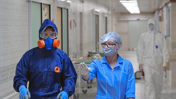 Медицинские работники в родильном доме № 10 в Санкт-Петербурге