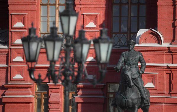 Отреставрированный памятник маршалу Жукову установили на Манежной площади в Москве