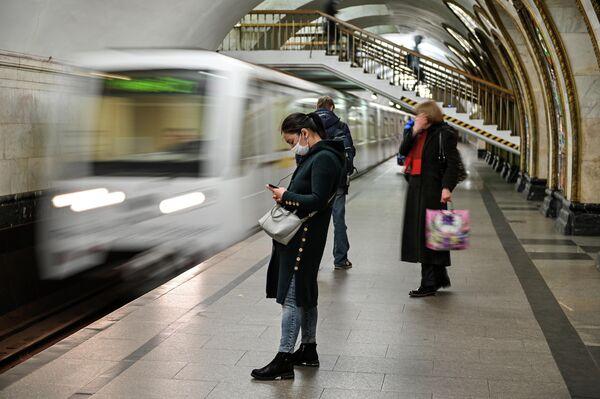Пассажиры на станции Новослободская Московского метрополитена