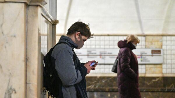 Пассажиры в защитных масках на станции метро Таганская Кольцевой линии в период режима самоизоляции граждан в Москве