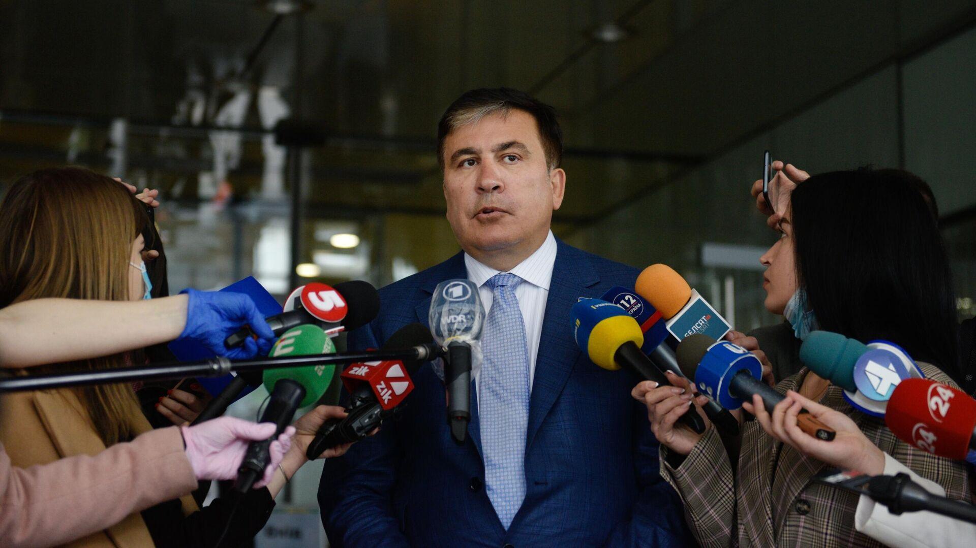 Михаил Саакашвили отвечает на вопросы журналистов перед началом встречи с депутатами фракции Слуга народа в Киеве - РИА Новости, 1920, 07.09.2020