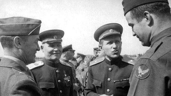 Конев (второй слева) общается с американскими военными летчиками. В ставке американской группировки.