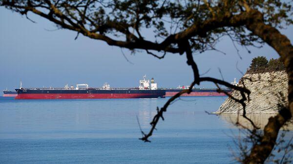 Нефтяные танкеры на рейде в Цемесской бухте