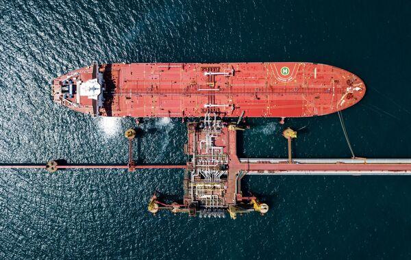 Нефтяной танкер у нефтеналивного терминала перевалочного комплекса Шесхарис в Краснодарском крае