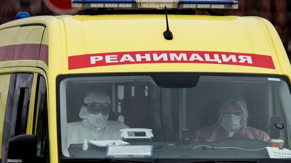 Машина скорой медицинской помощи возле карантинного центра в Коммунарке