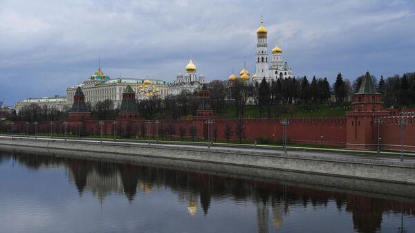 Московский Кремль и пустая Кремлевская набережная