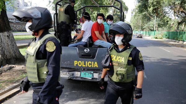 Сотрудники полиции Перу во время мероприятий по противодействию распространению коронавирусной инфекции в Лиме