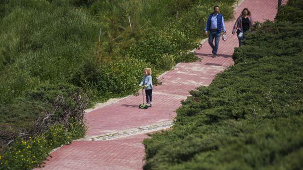 Семья на прогулке в одном из парков Мадрида