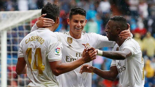 Полузащитник мадридского Реала Хамес Родригес празднует забитый гол с одноклубниками