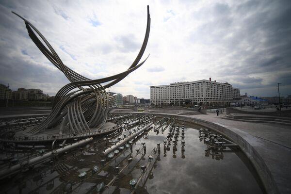 Неработающий фонтан Похищение Европы на площади Киевского вокзала. Запуск фонтанов в Москве отложили из-за коронавируса