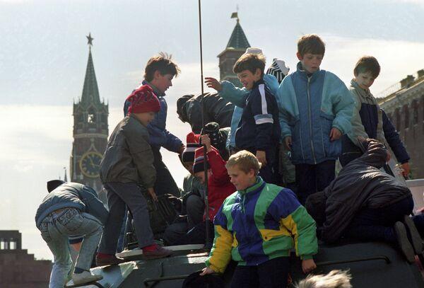 Дети играют на боевой технике во время военного парада на Красной площади в день празднования 45-ой годовщины Победы советского народа в Великой Отечественной войне 1941-1945 годов
