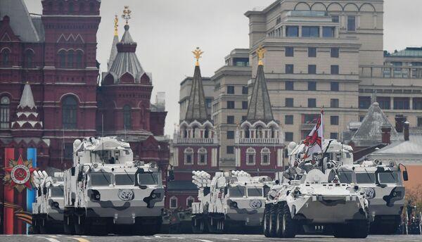 Зенитно-ракетный комплекс Тор М2 и зенитный ракетно-пушечный комплекс Панцирь-СА на базе вездехода ДТ-30 на военном параде на Красной площади, посвященном 72-й годовщине Победы в Великой Отечественной войне 1941-1945 годов