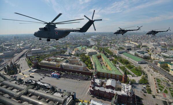 Тяжелый транспортный вертолёт Ми-26, многоцелевые вертолёты Ми-8 во время военного парада в ознаменование 70-летия Победы в Великой Отечественной войне 1941-1945 годов
