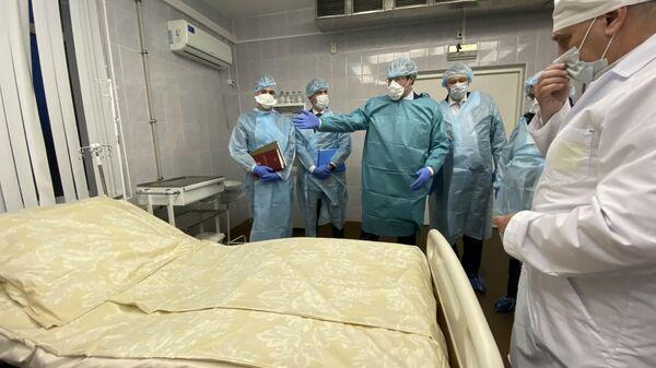 Губернатор Нижегородской области Глеб Никитин во время осмотра новых специализированных медицинских кроватей, поставленных для Борской ЦРБ международной компанией Intel