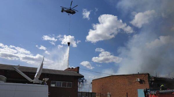 Сотрудники МЧС во время тушения пожара в поселке Рязановское в новой Москве