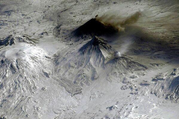 Несколько дымящих вулканов на Камчатке, снятые с борта МКС