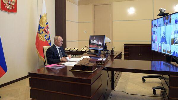 Президент РФ Владимир Путин проводит в режиме видеоконференции совещание с главами регионов по борьбе с распространением коронавируса в РФ