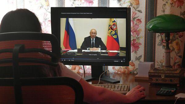 Трансляция совещания президента РФ Владимира Путина с главами регионов по борьбе с распространением коронавируса в России на экране компьютера